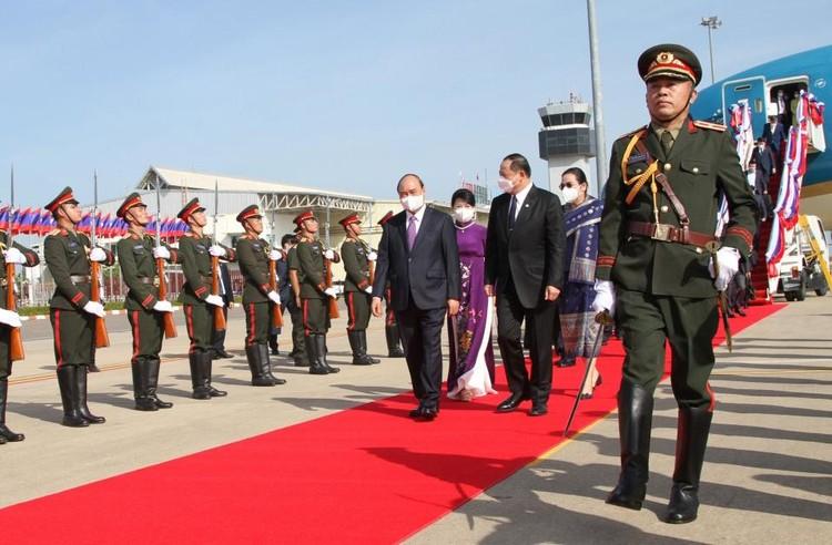 Chủ tịch nước và phu nhân đến Vientiane, bắt đầu thăm hữu nghị chính thức CHDCND Lào ảnh 2