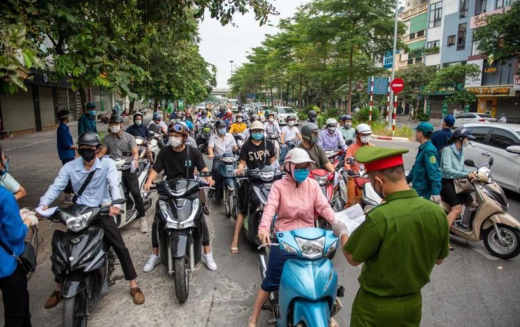 Ùn ứ xe cộ, chốt kiểm soát dịch ở Hà Nội 'xả trạm' ảnh 1