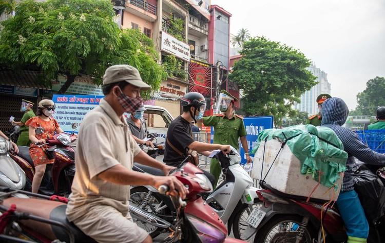 Ùn ứ xe cộ, chốt kiểm soát dịch ở Hà Nội 'xả trạm' ảnh 11