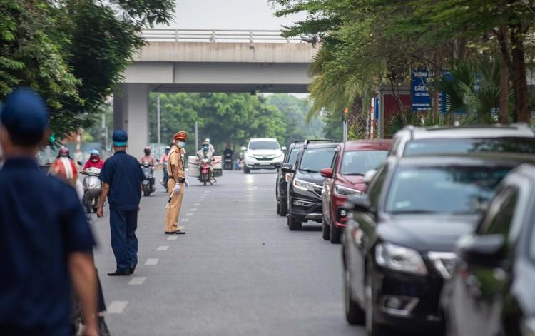 Ùn ứ xe cộ, chốt kiểm soát dịch ở Hà Nội 'xả trạm' ảnh 2