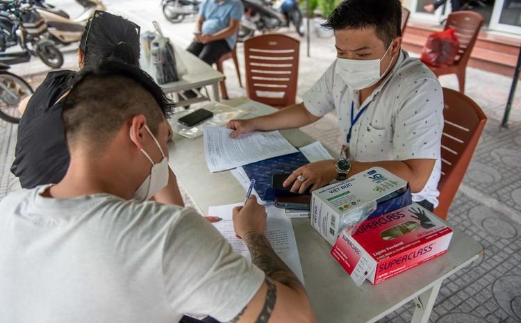Ùn ứ xe cộ, chốt kiểm soát dịch ở Hà Nội 'xả trạm' ảnh 4