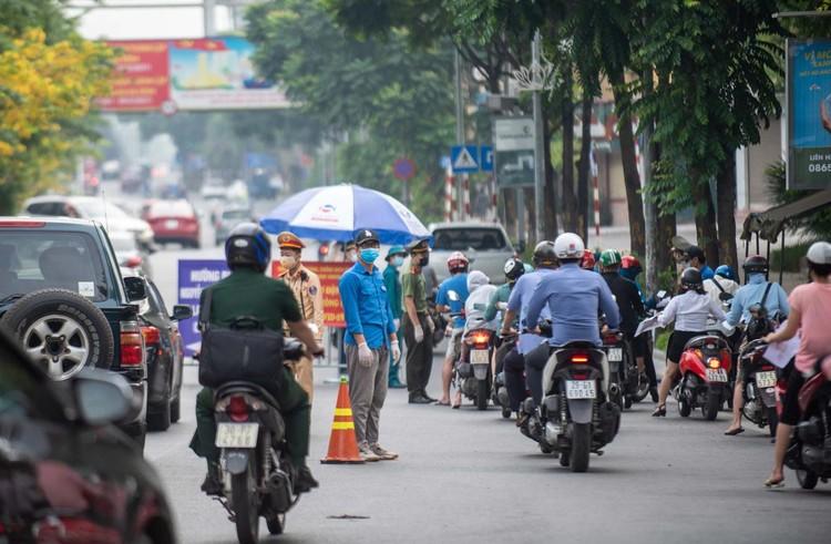 Ùn ứ xe cộ, chốt kiểm soát dịch ở Hà Nội 'xả trạm' ảnh 5