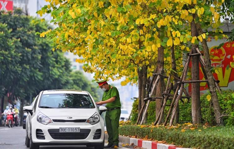 Ùn ứ xe cộ, chốt kiểm soát dịch ở Hà Nội 'xả trạm' ảnh 6