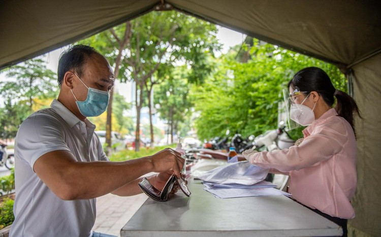Ùn ứ xe cộ, chốt kiểm soát dịch ở Hà Nội 'xả trạm' ảnh 8
