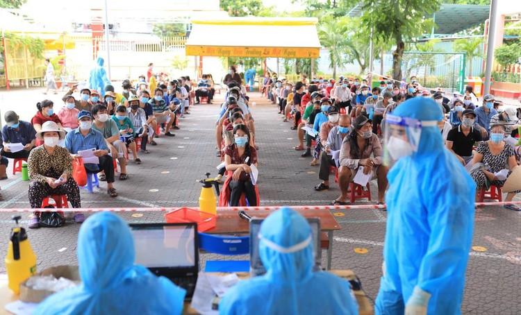 Người dân TP.HCM tiêm vaccine Sinopharm ảnh 1
