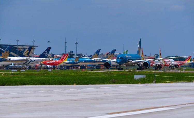 Gần trăm máy bay dầm mưa, dãi nắng ở Nội Bài ảnh 11