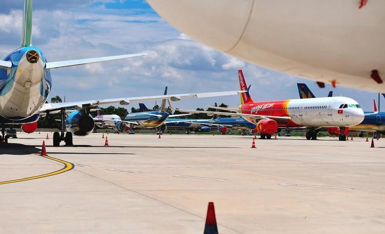 Gần trăm máy bay dầm mưa, dãi nắng ở Nội Bài ảnh 12