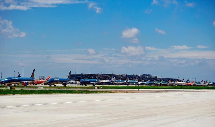 Gần trăm máy bay dầm mưa, dãi nắng ở Nội Bài ảnh 2