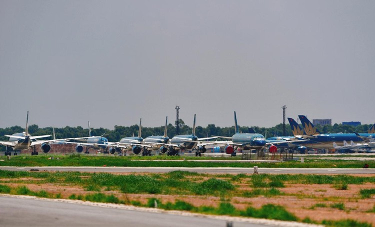 Gần trăm máy bay dầm mưa, dãi nắng ở Nội Bài ảnh 4