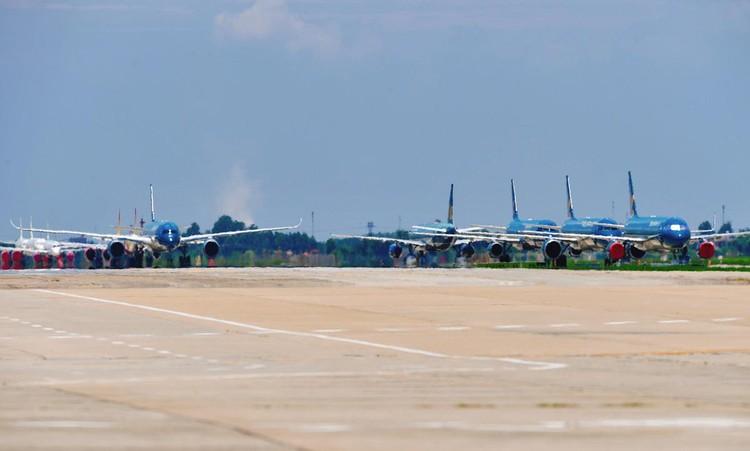 Gần trăm máy bay dầm mưa, dãi nắng ở Nội Bài ảnh 6