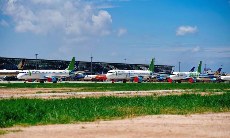 Gần trăm máy bay dầm mưa, dãi nắng ở Nội Bài ảnh 7