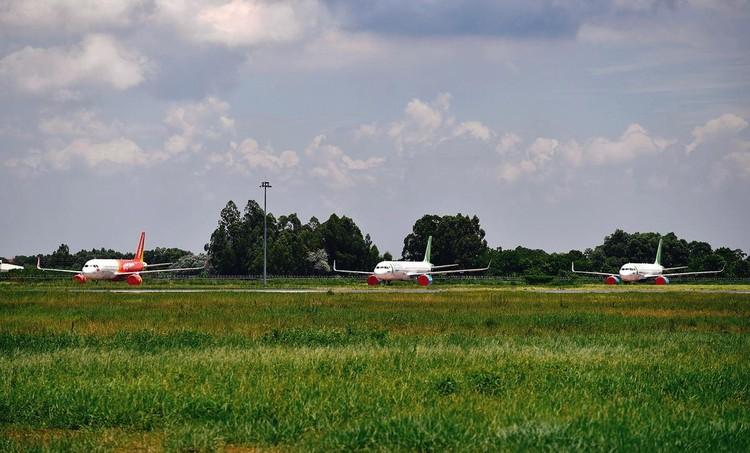 Gần trăm máy bay dầm mưa, dãi nắng ở Nội Bài ảnh 8