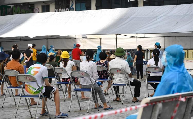 19.000 cư dân chung cư HH Linh Đàm xếp hàng chờ xét nghiệm Covidd-19 ảnh 11
