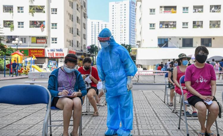 19.000 cư dân chung cư HH Linh Đàm xếp hàng chờ xét nghiệm Covidd-19 ảnh 3