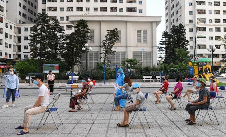 19.000 cư dân chung cư HH Linh Đàm xếp hàng chờ xét nghiệm Covidd-19 ảnh 4