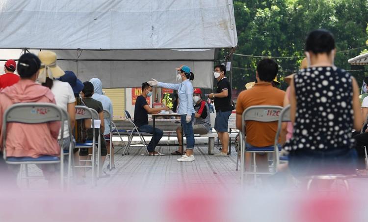 19.000 cư dân chung cư HH Linh Đàm xếp hàng chờ xét nghiệm Covidd-19 ảnh 5
