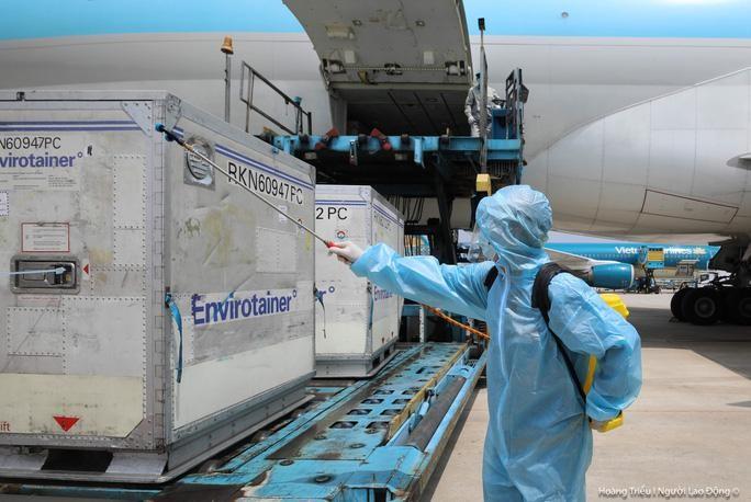 Thêm hơn 1,2 triệu liều vắc-xin Covid-19 của AstraZeneca về đến Việt Nam ảnh 1