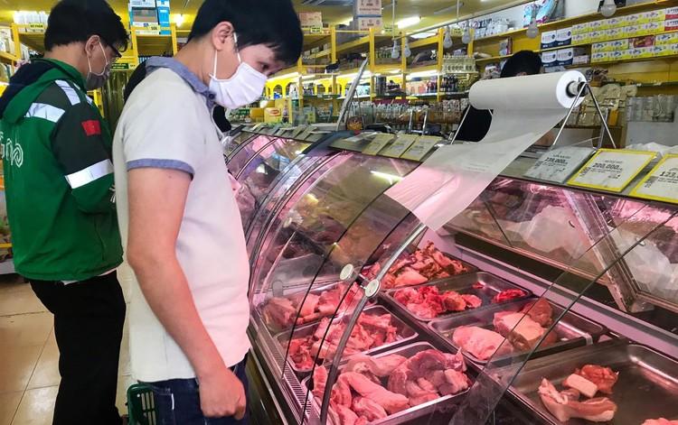 Nhiều người tranh thủ đi siêu thị mua hàng hóa ở TP.HCM ảnh 10