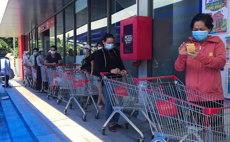 Nhiều người tranh thủ đi siêu thị mua hàng hóa ở TP.HCM ảnh 6