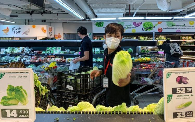 Nhiều người tranh thủ đi siêu thị mua hàng hóa ở TP.HCM ảnh 7