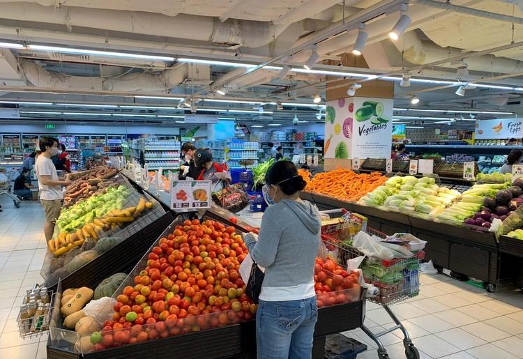 Nhiều người tranh thủ đi siêu thị mua hàng hóa ở TP.HCM ảnh 8