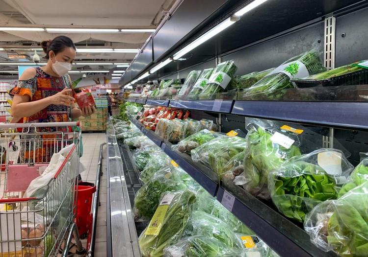 Nhiều người tranh thủ đi siêu thị mua hàng hóa ở TP.HCM ảnh 9