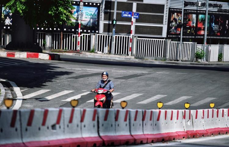 Quảng trường, các nút giao ở Hà Nội trong ngày giãn cách ảnh 17