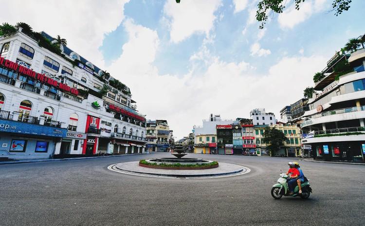 Quảng trường, các nút giao ở Hà Nội trong ngày giãn cách ảnh 4