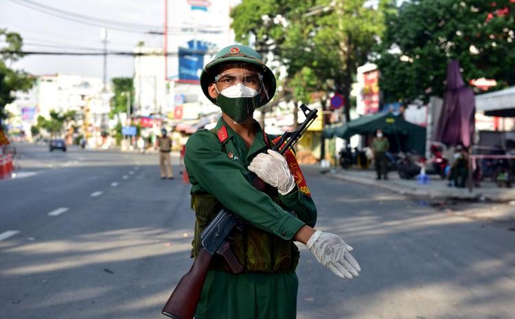 Hình ảnh ngày đầu quân đội tham gia siết chặt giãn cách xã hội ở TP.HCM ảnh 1