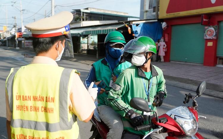 Hình ảnh ngày đầu quân đội tham gia siết chặt giãn cách xã hội ở TP.HCM ảnh 12