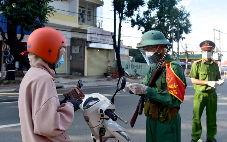 Hình ảnh ngày đầu quân đội tham gia siết chặt giãn cách xã hội ở TP.HCM ảnh 2