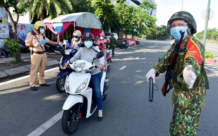 Hình ảnh ngày đầu quân đội tham gia siết chặt giãn cách xã hội ở TP.HCM ảnh 3