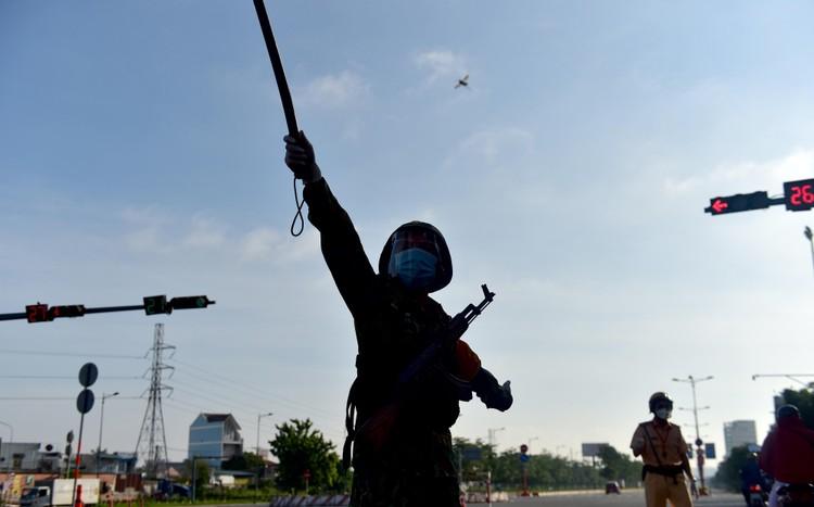 Hình ảnh ngày đầu quân đội tham gia siết chặt giãn cách xã hội ở TP.HCM ảnh 4