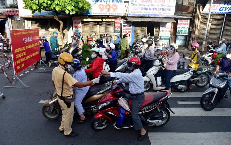 Hình ảnh ngày đầu quân đội tham gia siết chặt giãn cách xã hội ở TP.HCM ảnh 5