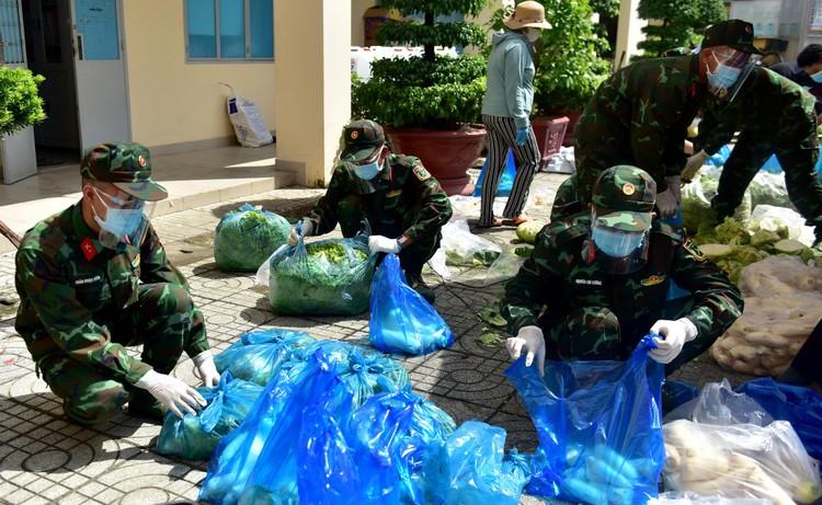 Các chiến sĩ bộ đội gõ cửa từng nhà dân ở TP.HCM trao thực phẩm ảnh 1