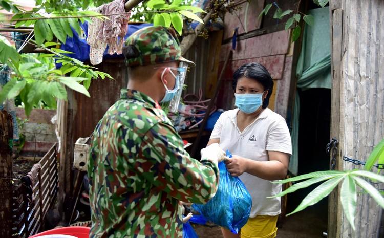 Các chiến sĩ bộ đội gõ cửa từng nhà dân ở TP.HCM trao thực phẩm ảnh 10