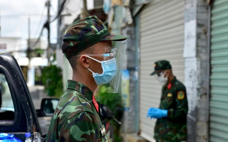 Các chiến sĩ bộ đội gõ cửa từng nhà dân ở TP.HCM trao thực phẩm ảnh 11