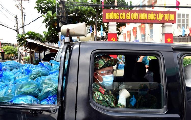 Các chiến sĩ bộ đội gõ cửa từng nhà dân ở TP.HCM trao thực phẩm ảnh 2