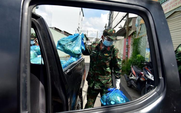 Các chiến sĩ bộ đội gõ cửa từng nhà dân ở TP.HCM trao thực phẩm ảnh 3