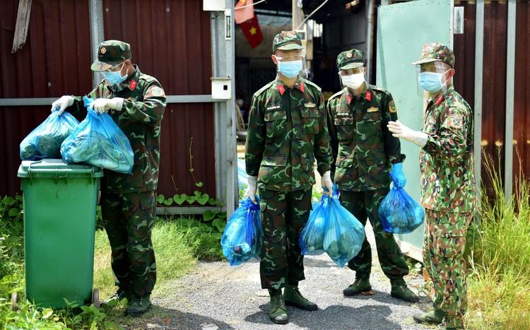 Các chiến sĩ bộ đội gõ cửa từng nhà dân ở TP.HCM trao thực phẩm ảnh 4