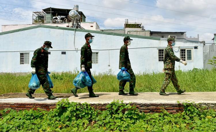Các chiến sĩ bộ đội gõ cửa từng nhà dân ở TP.HCM trao thực phẩm ảnh 5