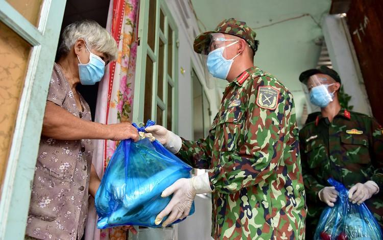 Các chiến sĩ bộ đội gõ cửa từng nhà dân ở TP.HCM trao thực phẩm ảnh 6