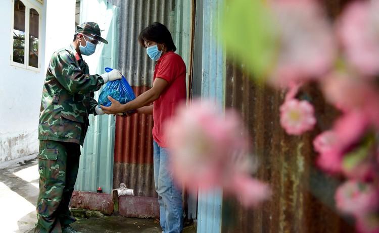 Các chiến sĩ bộ đội gõ cửa từng nhà dân ở TP.HCM trao thực phẩm ảnh 7