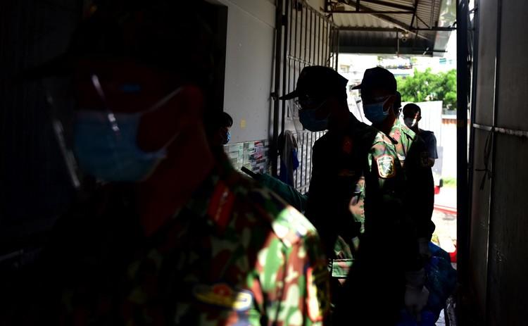 Các chiến sĩ bộ đội gõ cửa từng nhà dân ở TP.HCM trao thực phẩm ảnh 8