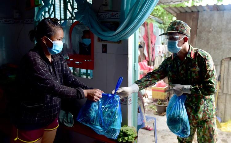 Các chiến sĩ bộ đội gõ cửa từng nhà dân ở TP.HCM trao thực phẩm ảnh 9