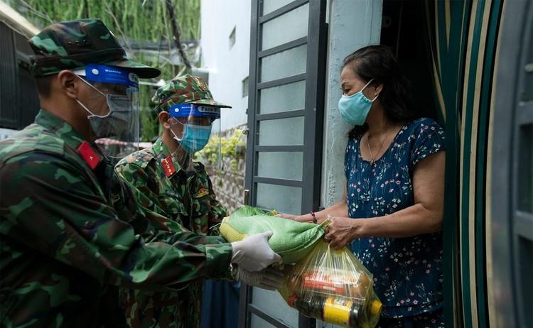 Hàng trăm hộ dân ở vùng vàng quận Phú Nhuận nhận túi quà an sinh ảnh 1
