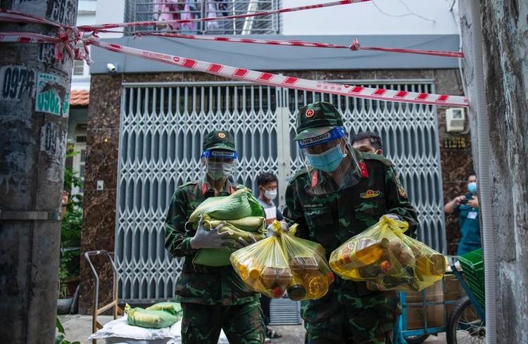 Hàng trăm hộ dân ở vùng vàng quận Phú Nhuận nhận túi quà an sinh ảnh 3