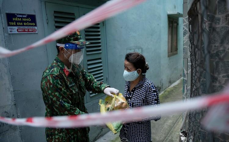 Hàng trăm hộ dân ở vùng vàng quận Phú Nhuận nhận túi quà an sinh ảnh 4