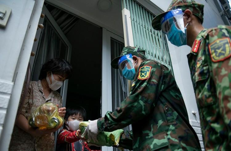 Hàng trăm hộ dân ở vùng vàng quận Phú Nhuận nhận túi quà an sinh ảnh 5