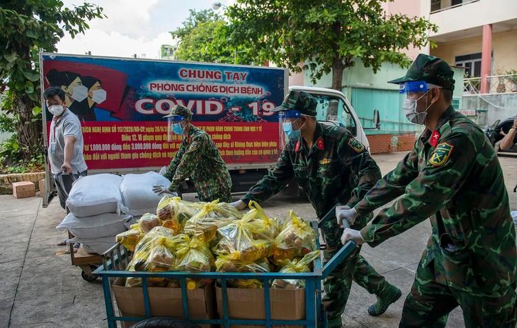 Hàng trăm hộ dân ở vùng vàng quận Phú Nhuận nhận túi quà an sinh ảnh 6
